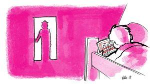 Lapsi käyttää tablettia yöllä sängyssä, venhempi katselee häntä kaukana huoneen ovelta.