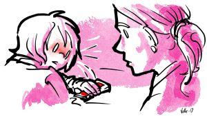 Lapsi peittää puhelimensa näytön kädellään ja punastuu, kun äiti on vieressä.