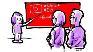 Lapsi osoittaa karttakepillä taululle, jossa on videopalvelun symboli ja #lifehack, #DIY ja #tutorial. Vanhemmat ottavat muistiinpanoja.