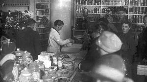 En gammaldags affär med försäljning över disk