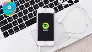 En smarttelefon med Spotifyslogo.