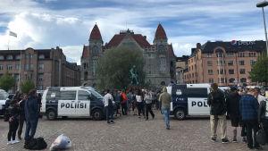 Polisen driver bort demonstranterna i Suomi Ensin-lägret. Järnvägstorget i Helsingfors, 26.6.2017.