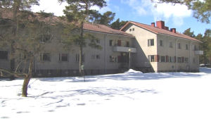Ett stenhus står i ett vinterlandskap.