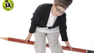Nainen poseeraa ison kynän kanssa