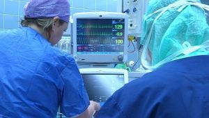 Vårdare i operationssal.