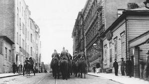 Suurlakko 1905. Venäläisiä kasakoita partioimassa Helsingissä