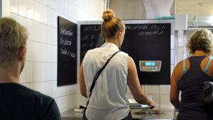 Unicafé har sedan år 2011 försökt minska mängden mat som slängs i soporna.