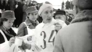 Lotat tarjoavat ruotsalaishiihtäjä Stenvallille kahvia Salpausselän kisoissa (1941).