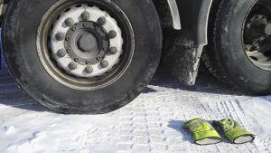 kuorma-auton renkaat ja hanskat maassa