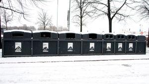 En rad sopkärl i olika storlek för olika sorters avfall.