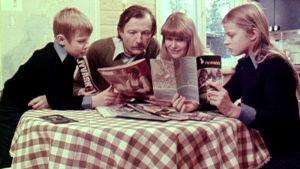 Perhe pöydän ääressä Ylen tietoiskussa