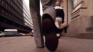 Lähikuva katua kävelevän miehen jaloista Ylen tietoiskussa