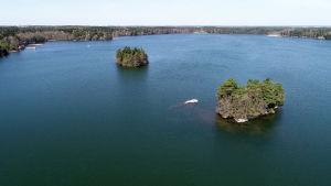 En flygbild av  Littois träsk med två små öar i mitten