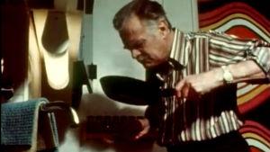 Tauno Palo kokkaa keittiössään (1973).