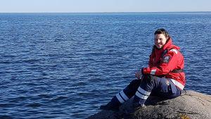 sjöräddaren Tove Werner sitter på en klippa