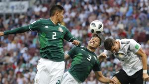Meksikon Hugo Ayala ja Carlos Salcedo sekä Saksan Mario Gomez jalkapallon MM-kisoissa 2018.