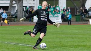 Oscar Forsström sparkar bollen i löpstegen.