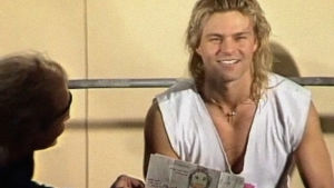 Ressu Redfort 1980-luvulla jumppasalissa. Hymyilee kuvassa.