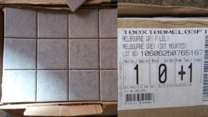 En låda med gråa klinker.