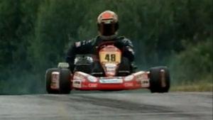 Kimi Räikkönen ajaa karting-autolla (1998).