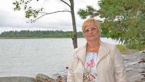 Sonja Kjellman står på stranden