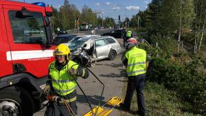 Räddningsmanskap på olycksplatsen.