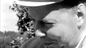 Mika Waltari kesämökillään (1958).
