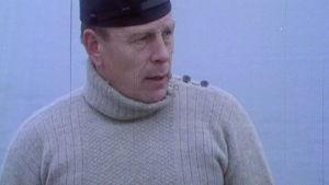 Mies villapaidassa. Kuvakaappaus ohjelmasta Työtä käsille (1987).