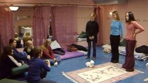 Nuoria naisia Tyttöjen talossa