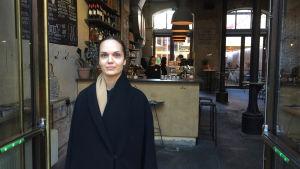Iabella Eriksson står utanför en restaurang