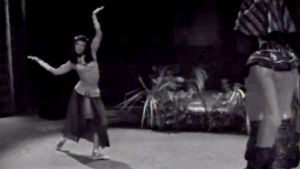 Nefernefernefer (Elsa Sylvestersson) ja Sinuhe (Matti Tikkanen) tanssivat (1965).