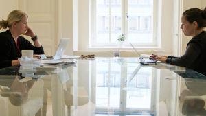 Dokumenttielokuva kertoo kahdesta erilaisesta yrittäjästä kahdessa hyvin erilaisessa Suomessa.