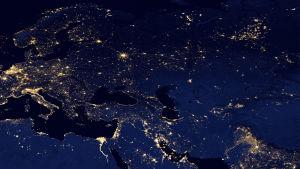 En världskarta var man ser elektricitet lysa på olika ställen av världen.