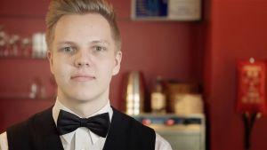 Servitören Johan Lindström i fluga och vit skjorta.