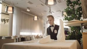 Johan Lindström vid ett dukat bord.