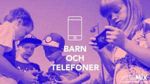 Barn som spelar på sina telefoner