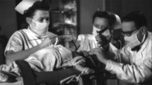 Lipeämyrkytyksen saanutta lasta hoidetaan (1949).