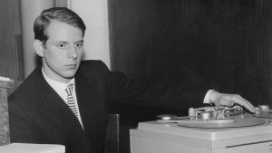 Säveltäjä Karlheinz Stockhausen magnetofonin ääressä.