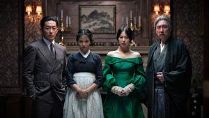Palvelijatar-elokuvan kreivi Fujiwara (Jung-woo Ha), Sook-Hee (Tae-ri Kim), rouva Hideko (Min-hee Kim) ja setä Kouzuki (Cho Jin-Woong).