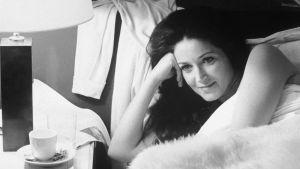 Maud (Francoise Fabian) sängyssä. Kuva elokuvasta Yöni Maudin luona.
