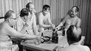 Kansanedustajat saunan pukuhuoneessa.