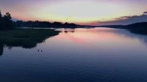 Keskikesän aamu koittaa Helsingissä, Rakel ja Loviisa ovat uimassa