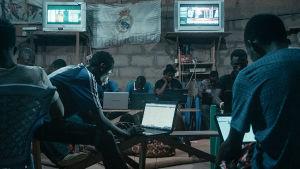 Sakawa on Ghanasta muualle Afrikkaan levinnyt ilmiö, jossa yhdistyvät modernit internet-huijaukset ja uskonnolliset rituaalit.