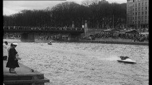 En svartvit bild från motorbåtstävlingar i Aura å i Åbo på 1950-talet.
