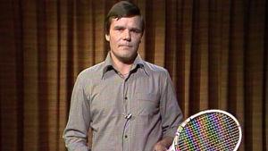Heikki Hedman studiossa tennismaila kädessään.