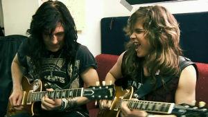 Santa Cruzin Arttu Kuosmanen ja Joonas Parkkonen soittavat kitaraa treenikämpällään.
