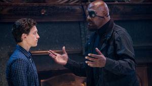 Peter Parker (Tom Holland) och Nick Fury (Samuel L Jackson) talar med varandra.
