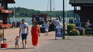 Människor går vid skeppsbron i Lovisa.