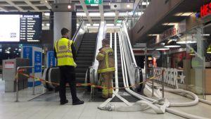 Brandmän som pumpar vatten ur Järnvägstorgets metrostation.
