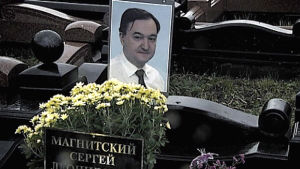 Sergej Magnitskij på bild vid en gravsten.